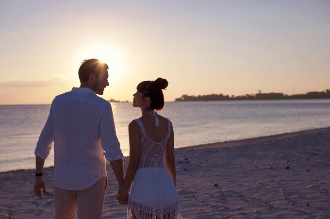 Hà Anh diện áo tắm, hôn chồng ngọt ngào trên biển
