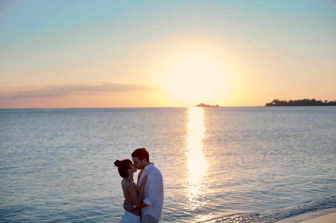 Hà Anh diện áo tắm, hôn chồng ngọt ngào trên biển - 2
