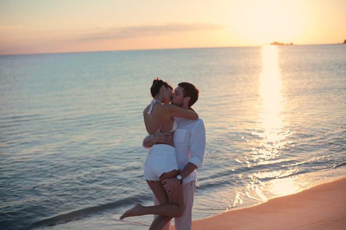 Hà Anh diện áo tắm, hôn chồng ngọt ngào trên biển - 3