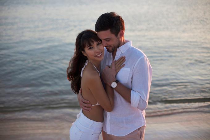Hà Anh diện áo tắm, hôn chồng ngọt ngào trên biển - 5