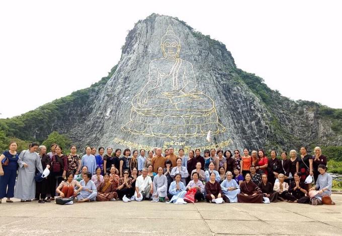 Tour đưa du khách tham quan Phật bốn mặt nổi tiếng.