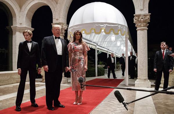 Tối 31/12, Tổng thống Mỹ Donald Trump cùng vợ, Đệ nhất phu nhân Melania, và con trai Barron, tới tham dự bữa tiệc năm mới sang trong, được tổ chức tại câu lạc bộ riêng, thuộc khu nghỉ dưỡng Mar-a-Lago ở Palm Beach, bang Florida.