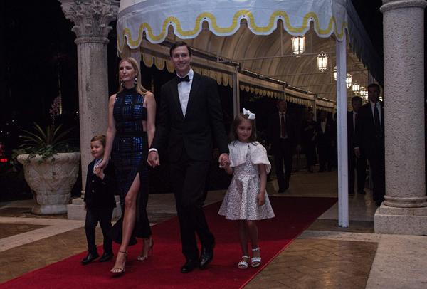 Vợ chồng Ivanka cũng đưa hai con Arabella, 6 tuổi, và Joseph, 4 tuổi, tới dự tiệc. Ái nữ nhà Trump gây chú ý với chiếc đầm gợi cảm của David Koma, xẻ cao ở đùi và cut out ở phần eo. Tuy đã là mẹ ba con nhưng Ivanka luôn khiến nhiều người ngưỡng mộ bởi ngoại hình xinh đẹp, gu ăn mặc tinh tế.