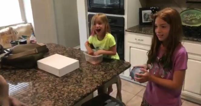 Hai con gái ruột của Shane và Kasi tỏ ra ngạc nhiên và phấn khích lúc mới nhìn thấy em nuôi.