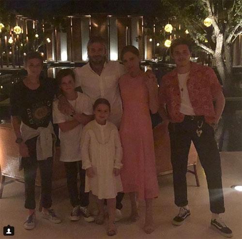 Vic cũng chia sẻ ảnh chụp cả gia đình trong thời khắc giao thừa.