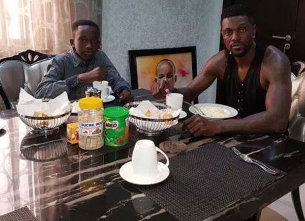 Adebayor và con của anh trai. Ảnh: NS.