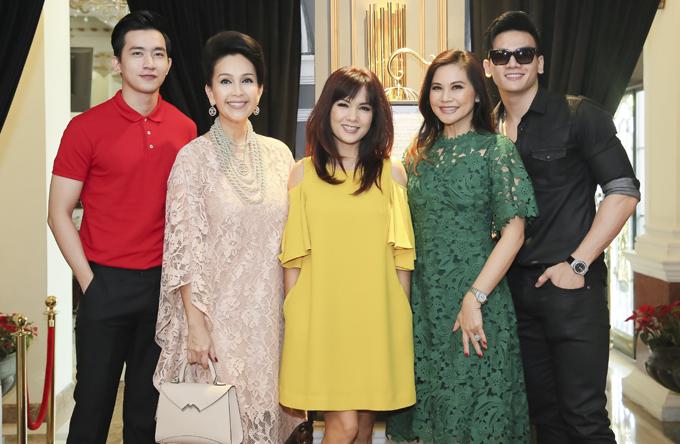 Diễm My, Kiều Khanh chụp ảnh cùng người mẫu Lê Xuân Tiền, Võ Cảnh và một người bạn.