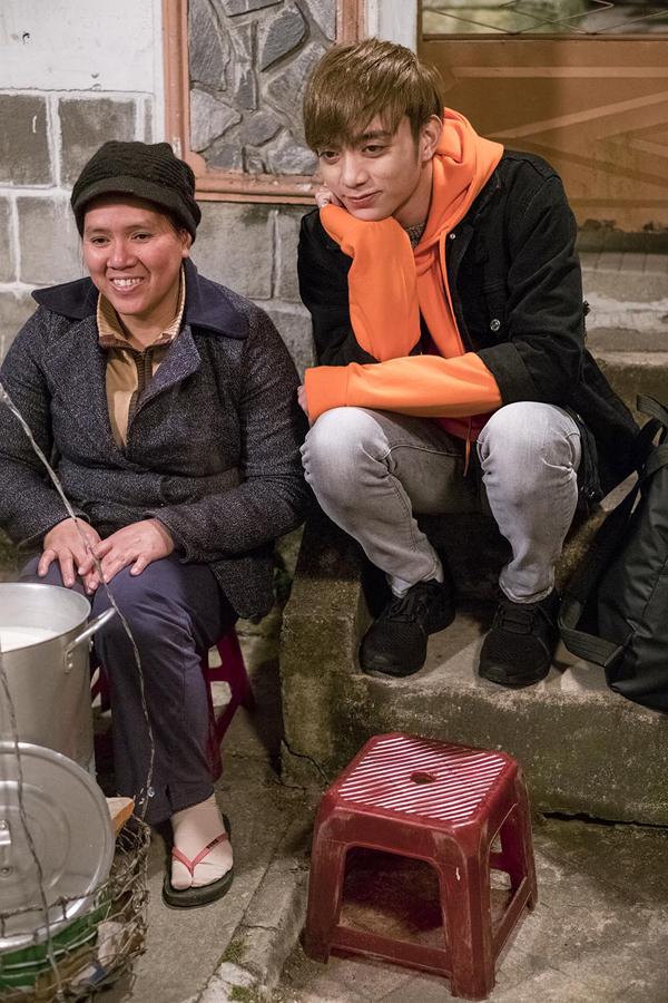 Soobin Hoàng Sơn chụp ảnh cùng chị bán sữa đậu nành bình dân ở Đà Lạt.