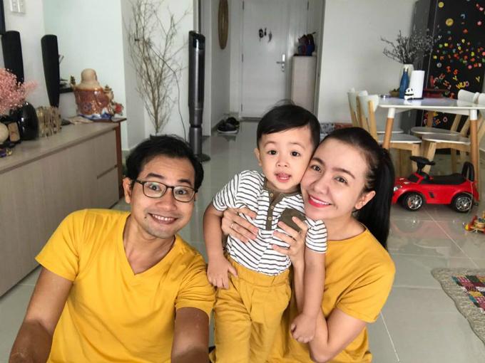 Gia đình Huỳnh Đông Ái Châu diện bộ đồvàng đón năm mới và chia sẻ: Chúc cả nhà năm mới vui vẻ, may mắn, hạnh phúc, vàng tươi như nhà bé Happy hén!.