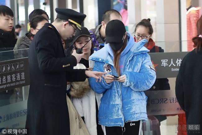 Một ngày sau khi scandal ngoại tình với đàn em kém 12 tuổi nổ ra, Lý Tiểu Lộ cùng con gái xuất hiện tại ga tàu ở Thượng Hải. Nữ diễn viên Trung Quốc đeo khẩu trang kín mít, cô tỏ ra rất bối rối khi bị bủa vây bởi cánh ký giả. Trước đó, tối 31/12, một số tờ báo đưa tin Lý Tiểu Lộ qua đêm nhà PG One, mối quan hệ giữa hai người không đơn thuần là bạn bè.