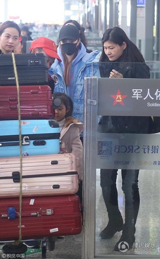 Hai mẹ con trở về Bắc Kinh sau chuyến biểu diễn ở Thượng Hải.