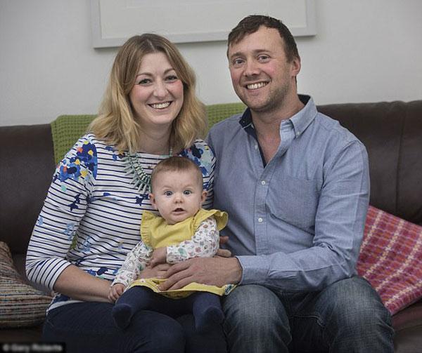 Gia đình Watson hạnh phúc chào đón thành viên mới - cô bé Molly.