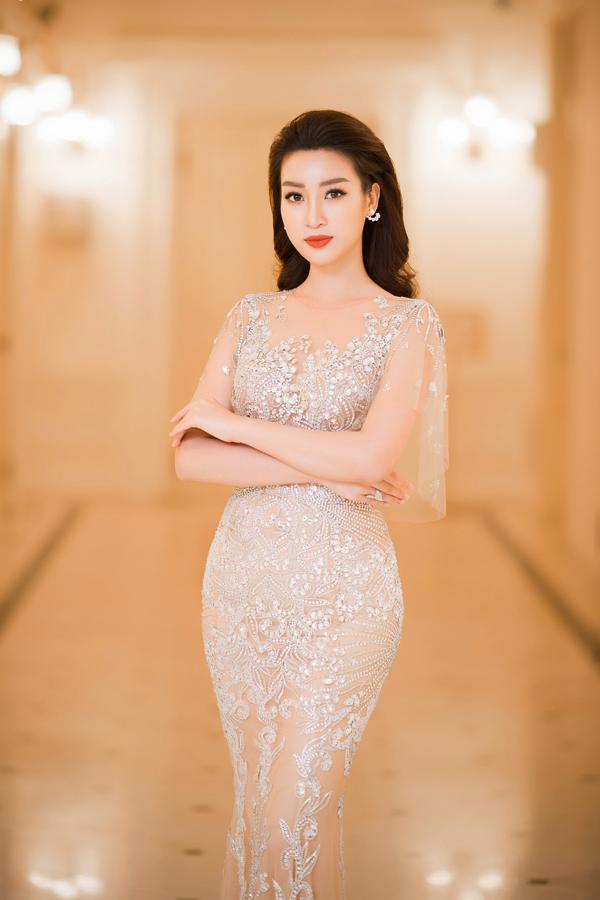 Đỗ Mỹ Linh xinh đẹp như nữ thần với váy đuôi cá bó sát, tôn đường cong hiệu quả của nhà thiết kế Hoàng Hải.