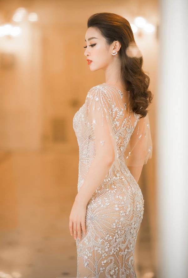 Hoa hậu chuẩn bị kỹ lưỡng cho lần xuất hiện đầu tiên trong năm 2018. Đỗ Mỹ Linh được mời làm MC chương trình Hòa nhạc năm mới V Concert.