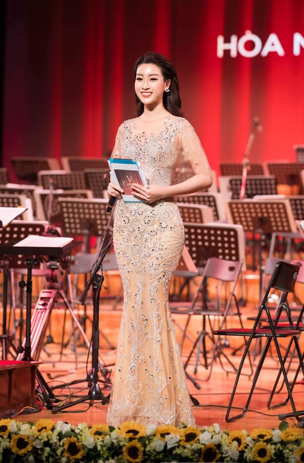 Chương trình Hòa nhạc năm mới V Concert được tổ chức nhằm mang những tiết mục âm nhạc đỉnh cao đến gần với khán giả Việt Nam và lan tỏa tình yêu nhạc cổ điển trong cộng đồng. Năm nay dàn nhạc giao hưởng quốc gia biểu diễn nhiều thể loại như opera, nhạcvalse, những bản hòa tấu nổi tiếng...
