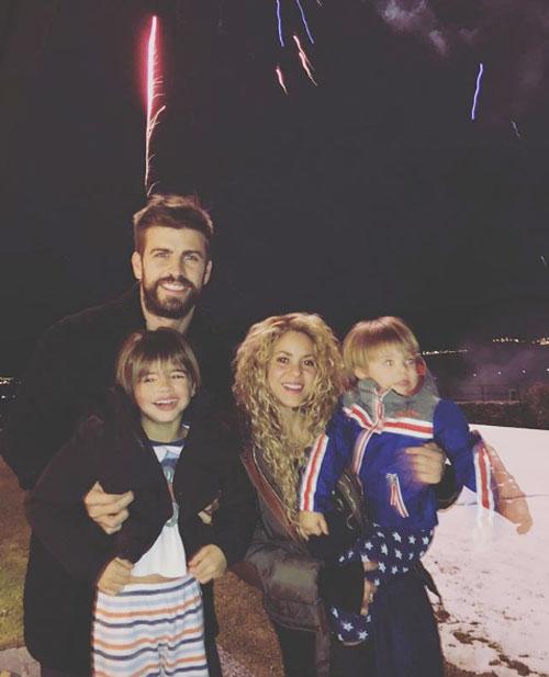 Pique và Shakira dẹp tan tin đồn bất hòa bằng bức ảnh gia đình tình cảm trong thời khắc đón năm mới.