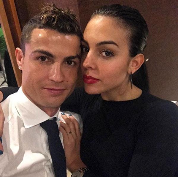 Chân sút Real cũng đăng ảnh tình cảm với bạn gái Georgina Rodriguez. Năm 2017, thủ quân Bồ Đào Nha thi đấu thành công, giành các danh hiệu cá nhân và tập thể, đồng thời đón 3 em bé.