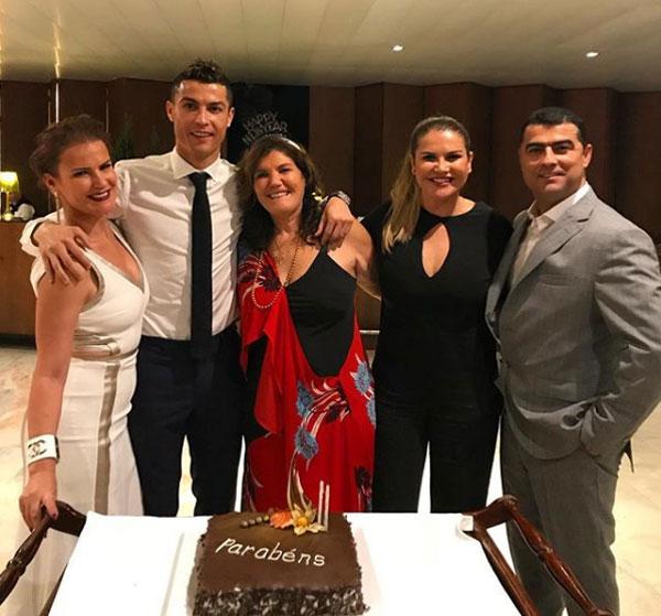 Trên Instagram, C. Ronaldo gửi lời chào năm mới bằng bức ảnh chụp bên mẹ, hai chị gái và anh trai.