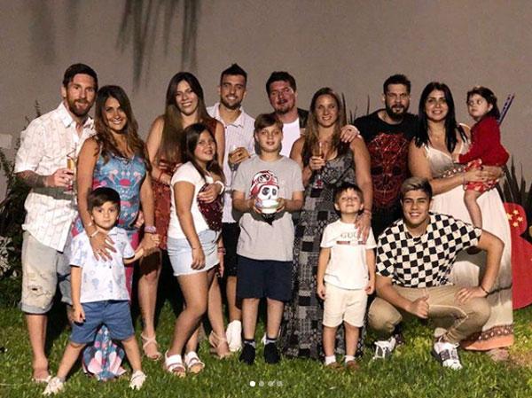 Trong khi đó, Messi cùng vợ con quây quần bên bố mẹ và anh em trong ngày cuối cùng của năm 2017.