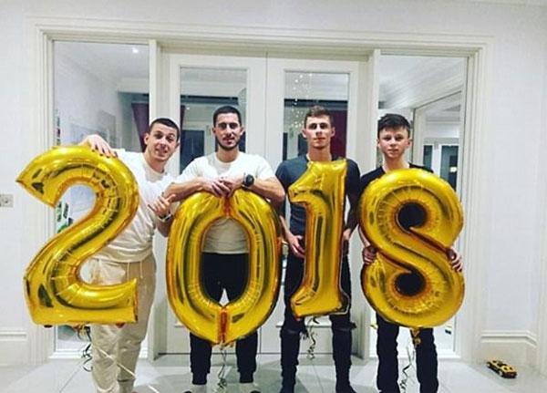 4 anh em nhà Hazard gồm Kylian, Eden, Thorgan vàEthan mừng năm 2018 bằng việc mỗi người ôm một con số.
