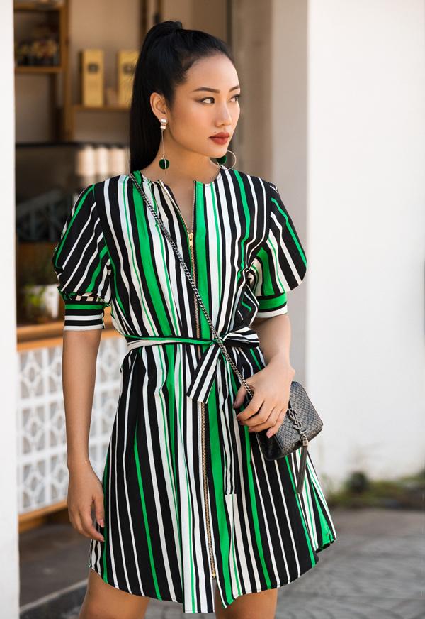 Váy kẻ sọc pha màu sống động với tông trắng, xanh và đen được lấy cảm hứng từ mốt váy sơ mi được ưa chuộng ở các mùa thời trang trước.