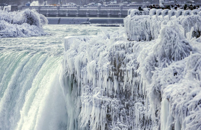 Thác Niagara bao gồm 3 thác riêng biệt: thác Horseshoe (Canada), thác Mỹ và một thác nhỏ hơn gần đó là thác Bridal Veil. Dùkhông cao nhưng thác Niagara rất rộng lớn và trở thành cảnh quan không thể bỏ qua khi tới Canada, mỗi năm thu hút rất đông khách du lịch.