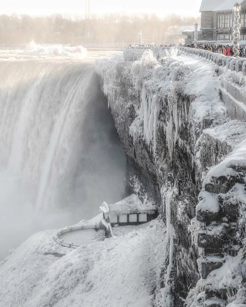 Những giọt nước đổ xuống mặt sông băng lập tức bị đóng băng, tạo thành những cột nước hình thù sống động. Do năm ờ vĩ độ cao nên cảnh tượng thác Niagara đóng băng không hiếm gặp. Tuy nhiên, đây vẫn là trải nghiệm khó quên cho những ai lần đầu tới đây.