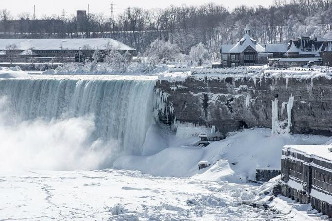 Nhiều nơi trên thác Niagara đóng băng khi không khí lạnh cực mạnh tràn qua nước Mỹ, khiến nhiệt độ hạ xuống -67 độ C. Đây là nhiệt độ thấp kỷ lục khiến phần lớn các ngọn thác đều hóa đá, phủ một màu trắng xóa như cổ tích.
