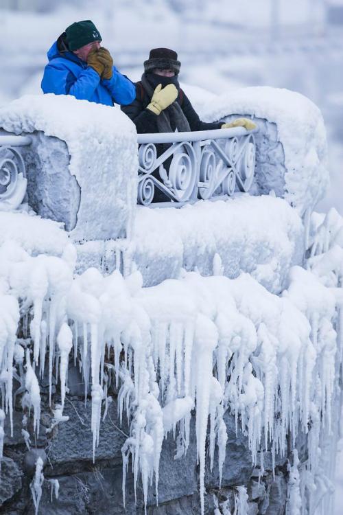 Dù nhiệt độ xuống thấp kỷ lục nhưng rất đông du khách vẫn bấp chấp giá lạnh tới đây tham quan, chụp ảnh.