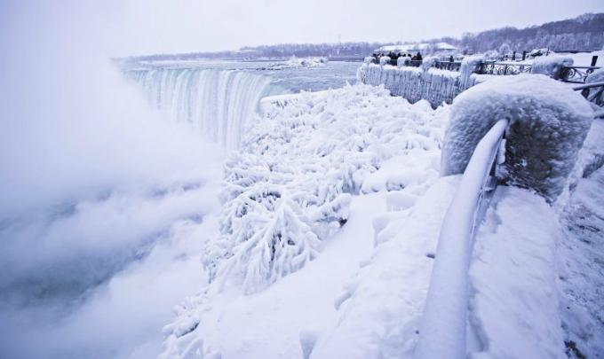 Thác Niagara đóng băng tựa vương quốc băng giá - 8