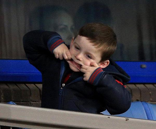 Trong khi anh trai Kai thu hút ống kính bởi vẻ chững chạc, cậu em Klay 4 tuổi lại làm trò tinh nghịch trên khán đài.
