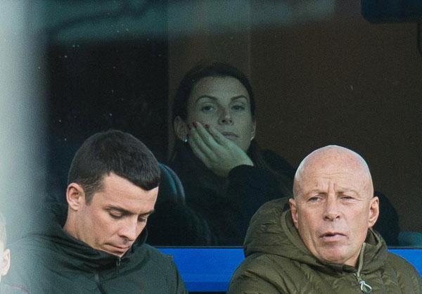 Bà bầu 31 tuổi trầm ngâm nhìn đội bóng của chồng thất thủ 0-2 trước MU.