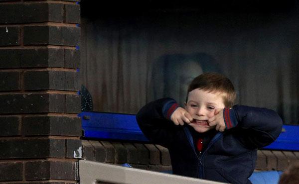 Cậu con trai thứ hai của Rooney hiếu động trong suốt trận đấu.