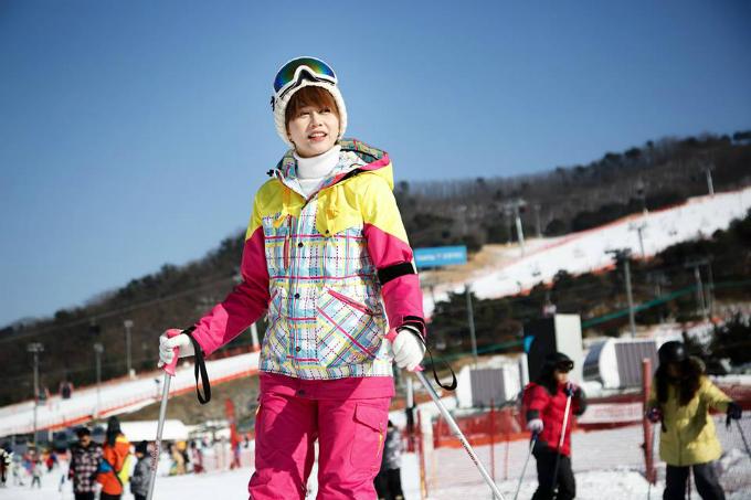 Đây cũng là lần đầu tiên An Nguy đi trượt tuyết ở Hàn Quốc với thời tiết âm 8 độ C. Cô đặt tour qua mạng và di chuyển từ Seoul bằng xe bus, sau khi đến nơi được hướng dẫn và trang bị thiết bị cần thiết. Tới nơi mình đến quầy lấy giày và ván trượt rồi theo hướng dẫn viênra khu trượt, mỗi ngườisẽ hướng dẫn một nhóm khoảng 10 người trong một tiếng để mọi người quen dần. Nếu chịu khó là trong hôm đó mọi người đã có thể đi lại được chút chút rồi. Thích lắm. Khu trượt tuyết thì ngoài trượt tuyết ra còn có một quần thể khu ăn uống với chơi game trong nhà nữa nên khi mệt bạn có thể ra đó chơi. Tới 17h, mìnhlên xe đi lại về Seoul kèm theo một núi ảnh đẹp dã man, người đẹp chia sẻ.