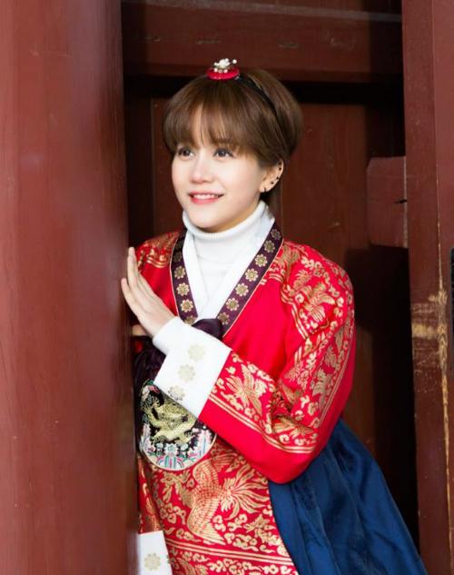 Cô nàng cá tính An Nguy chia sẻ kinh nghiệm đón năm mới ở Hàn Quốc đúng vào đợt thời tiết lạnh nhất. Lần đầu tiên đi Hàn, chắc chắn ai cũng muốn được thử mặc trang phục hanbok xinh xắn. Hôm đó trời lạnh âm 10 độ, lạnh kinh khủng nên nếu bạn nào có ý định đi Hàn vào thời điểm này giống mình nên chuẩn bị quần áo thật ấm, miếng giữ nhiệt bán ở hầu hết các cửa hàng tiện lợi của Hàn nên không có khó khăn gì trong việc tìm kiếm. Chịu khó một chút và các bạn sẽ có một bộ ảnh sống ảo xinh lắm, An Nguy cho biết