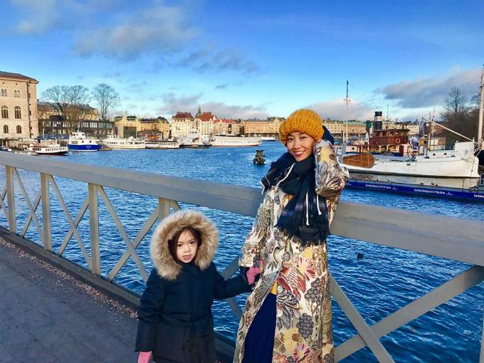 Năm nào cứ đến dịp Noel và năm mới, gia đình Đoan Trang lại đưa con gái Sol về quê nội ở Thụy Điển. Lần này, ông xã cho con gáitrải nghiệm sống trên con tàu cổ có từ thế kỷ 19 AF Chapmannổi tiếng của Thuỵ Điển, nằm trên đảo Skeppsholmen ngay trung tâm thành phố Stockholm. Lâu đài của hoàng gia Thuỵ Điển nằm bên kia cầu, cách đó không xa..