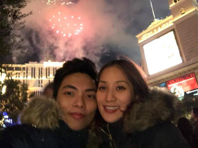 Năm nay, vợ chồng Khánh Thi - Phan Hiển tới Mỹ từ khá sớm để đón chào năm mới. Hai người tận hưởng màn bắn pháo hoa truyền thống trên bầu trời Las Vegas và trao nhau nụ hôn ngọt ngào.