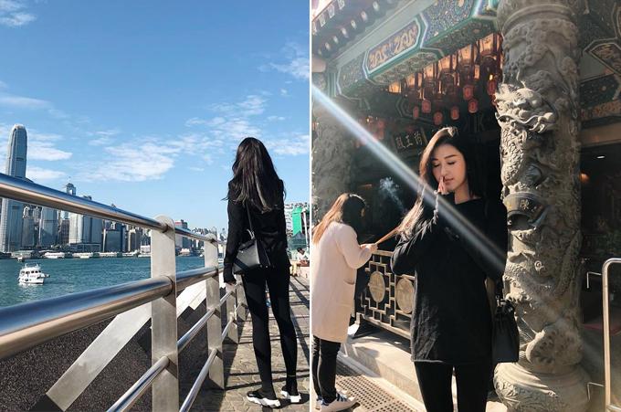Cả năm bận rộn với công việc nênTết Dương lịch, Á hậu Huyền My dành tất cả thời gian cho gia đình. Người đẹp cùng bố mẹ và em trai có mặt ở Hong Kong từ ngày 29/12 và đón năm mới tại đặc khu này. Thời tiết khá thuận lợi, nắng đẹp, nhiệt độ mát mẻ, tạo điều kiện cho chuyến đi của gia đình Á hậu. Cả nhà tới thăm miếu Huỳnh Đại Tiên - công trình tâm linh thu hút khách nhất ở Hong Kong. Mỗi năm, ngôi miếu là nơi người xứ Hương cảng tới để cầu mong một năm an lành. Ngoài ra, Huyền My còn tới đại lộ Ngôi Sao bên vịnh Victoria - địa danh không du khách nào có thể bỏ qua.