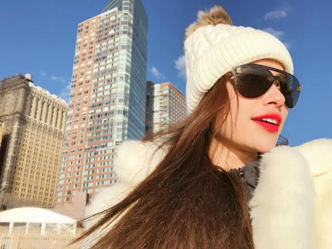 Những ngày đầu năm mới, hoa hậu Phạm Hương tới New York (Mỹ) để chào đón thời khắc chuyển giao năm mới và năm cũ. Tuy thời tiết giá lạnh, xuống dưới 0 độ nhưng có nắng nên người đẹp vẫn có thể tham quan các địa danh ngoài trời trong thời tiết thuận lợi.