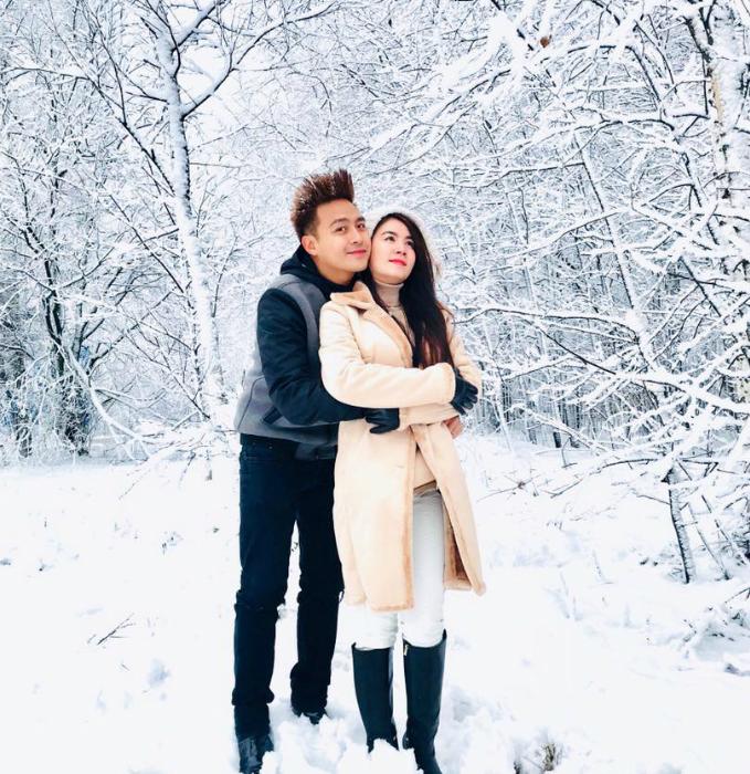 Cả năm du lịch không mệt mỏi, Tết dương lịch, vợ chồng Kha Ly - Thanh Duy quyết định tới Nga để đón năm mới trong khu rừng tuyết. Mùa đông trắng phủ khắp nơi, từng hạt tuyết lấp lánh trên cành.Ôi nước Nga xinh đẹp, tụi mình được tớimột nơi đẹp đến lạ lùng, chưa bao giờ đứng giữa rừng tuyết trắng xoá đẹp như vậy. Một năm mới hết sức ý nghĩa nha, kỷniệm tuyệt vời tại nước Nga, nữ diễn viên cho hay.