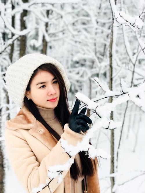 Kha Ly tạo dáng trong khu rừng đóng băng. Cô nàng còn thực hiện livestream khung cảnh tuyết rơi ngày đầu tiên của năm mới ở Moscow từ cửa sổ khách sạn.