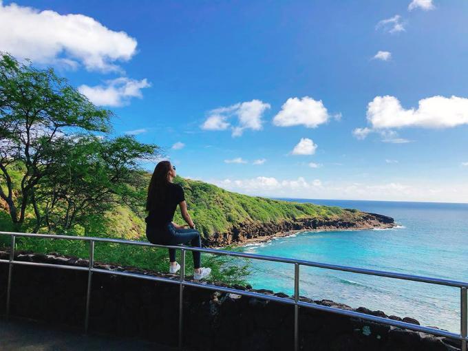 Trước đó, người đẹp vừa trở về từ chuyến đi tới đảo Honolulu, quần đảo Hawaii (Mỹ) ở Thái Bình Dương. Khung cảnh tuyệt diệu với nắng vàng biển xanh đã làm say lòng hoa hậu. Cô còn tham gia một chuyến tham quan hòn đảo bằng máy bay trực thăng để ngắm nhìn cảnh vật hùng vĩ từ trên cao.