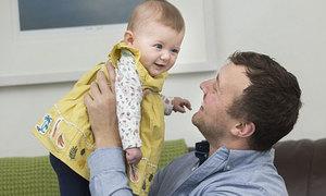 Bé gái sinh ra từ tinh trùng đông lạnh của người bố bị ung thư