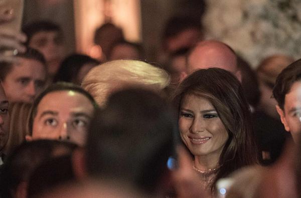 Bà Melania tươi cười vời các quan khách đến dự tiệc.Nhà ông Trump đã tham dự tiệc năm mới ở Mar-a-Lago suốt hai thập kỷ qua, nhưng năm nay là lần đầu tiên với tư cách người đứng đầu nước Mỹ. \