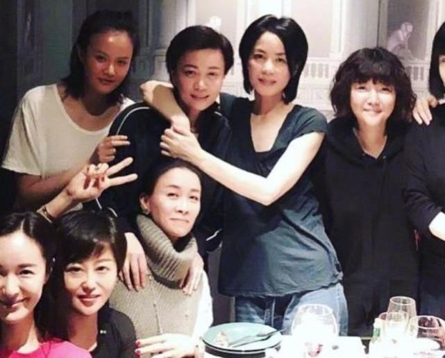 Vương Phi tụ họp bạn bè, Lý Á Bằng đưa con đi chơi ngày đầu năm - 5