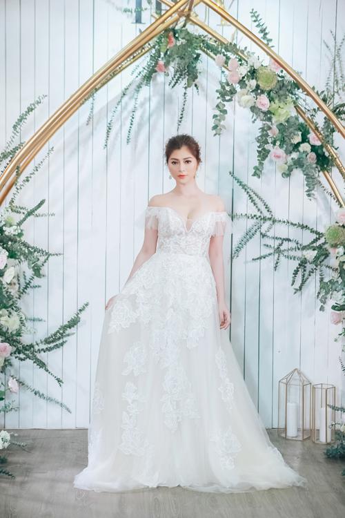 Người mẫu, diễn viên Thanh Trúc diện váy cưới phom chữ A xòe nhẹ với điểm nhấn là phần vai trễ điệu đà. Kiểu váy tiểu thư này phù hợp hơn cả với một hôn lễ ngoài trời, hài hòa cùng thiên nhiên lãng mạn.