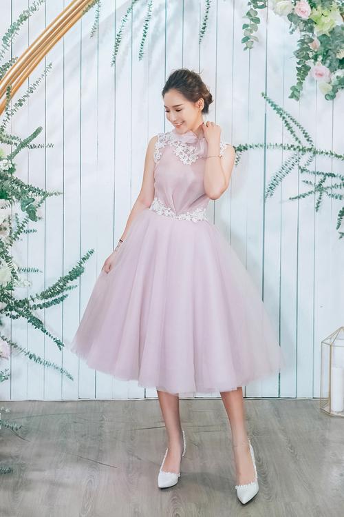 Kiều Anh không phải là người mẫu chuyên nghiệp nhưng cô thường nhận được lời mời chụp ảnh váy cưới bởi phong cách dịu dàng, khuôn mặt phúc hậu.