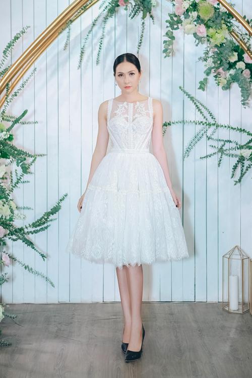Ưu điểm khác của váy cưới tối giản là cô dâu có thể thoải mái di chuyển trong không gian tiệc cưới vì phần tùng váy được dựng theo kỹ thuật mới, không cồng kềnh. Chiếc váy ngắn của người mẫu, diễn viên Mai Mai làm tôn nét trẻ trung, hiện đại.