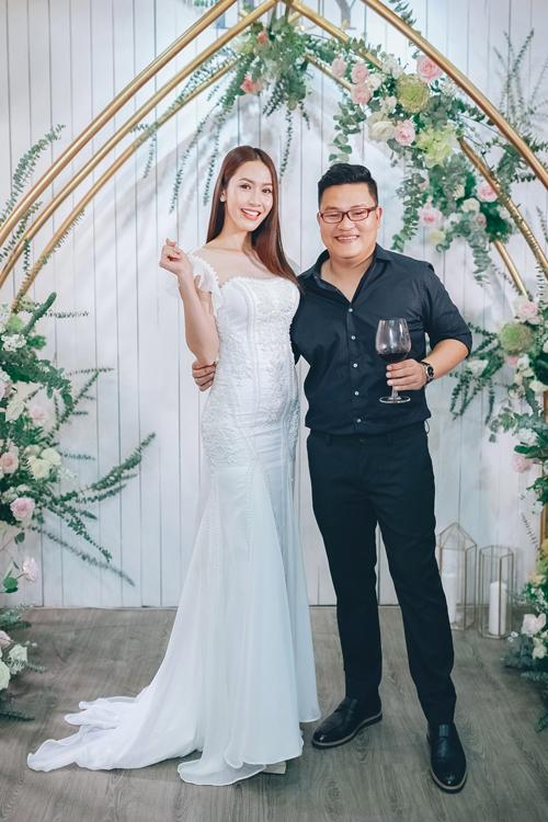 Hoa hậu Phan Thu Quyên chọn một mẫu váy cổ vuông đuôi cá tôn ba vòng gợi cảm. Váy chất liệu lụa mềm đính họa tiết 3D nhấn vào phần thân trên.