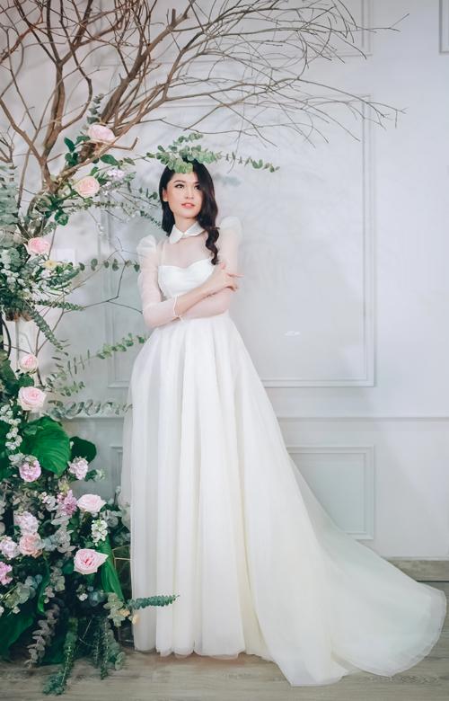 Á hậu Thùy Dung làm nàng thơ trong trẻo với một mẫu váy cưới tay bồng mang hơi hướng của thời trang quý tộc Anh.
